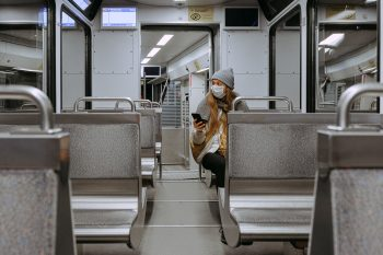femeie cu masca in metrou