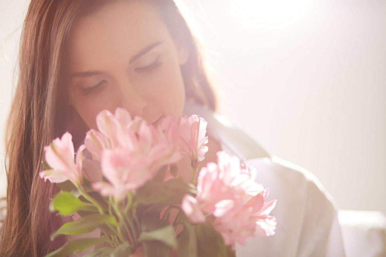femeie cu flori