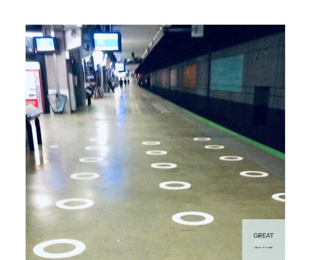 metrou paris stickere distantare sociala