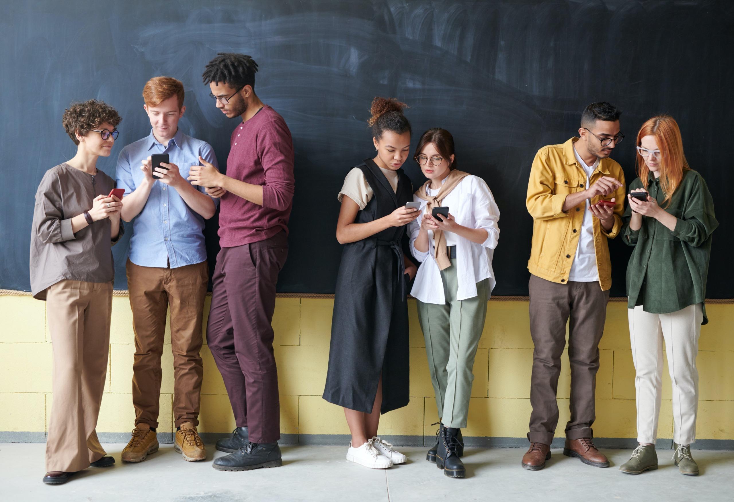 grup de tineri telefoane